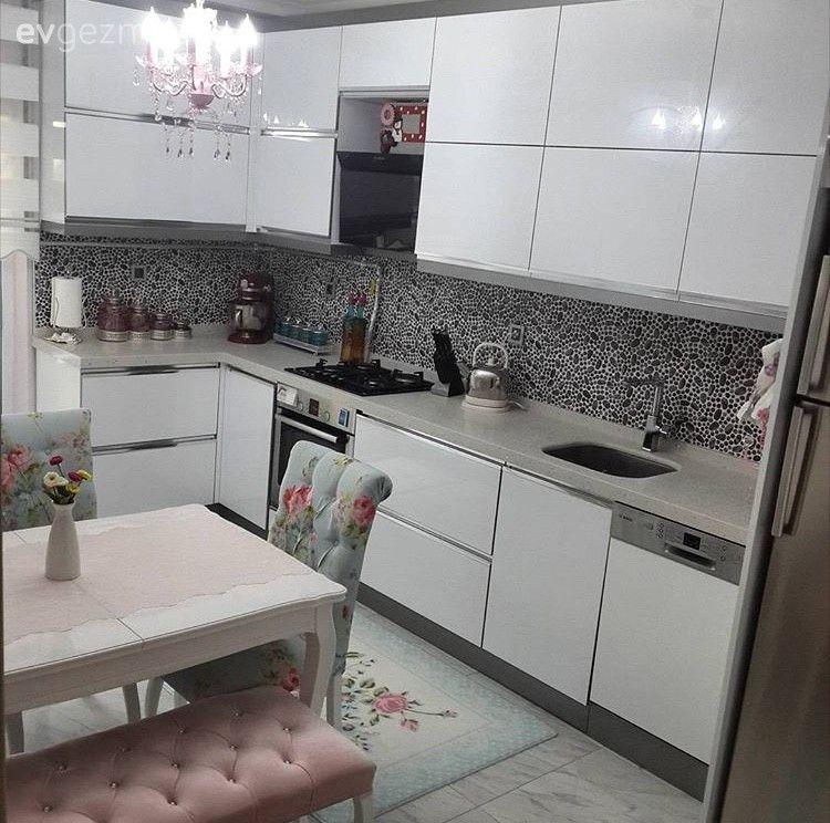 Arzu hanımın renkli modern mutfağı ve şık antresi.. #kitchenfurniture