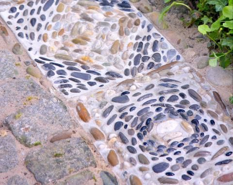 Mosaikplatten aus beton selber machen handgemacht garten trittsteine garten und garten deko - Mosaik im garten gestaltung ...