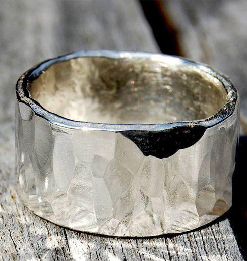 silverring med ädelsten