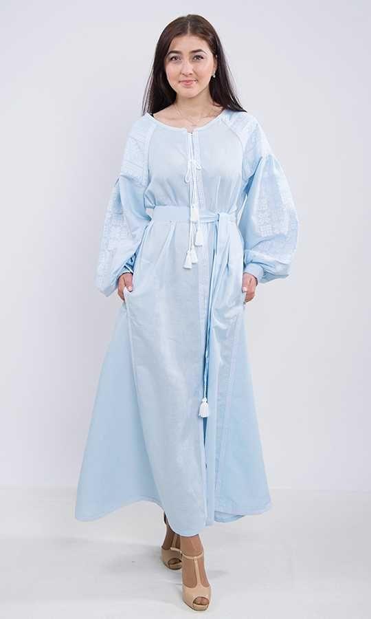 Довга лляна сукня небесного кольору. На рукавах розміщена традиційна українська  вишивка e1a4648e95fe2