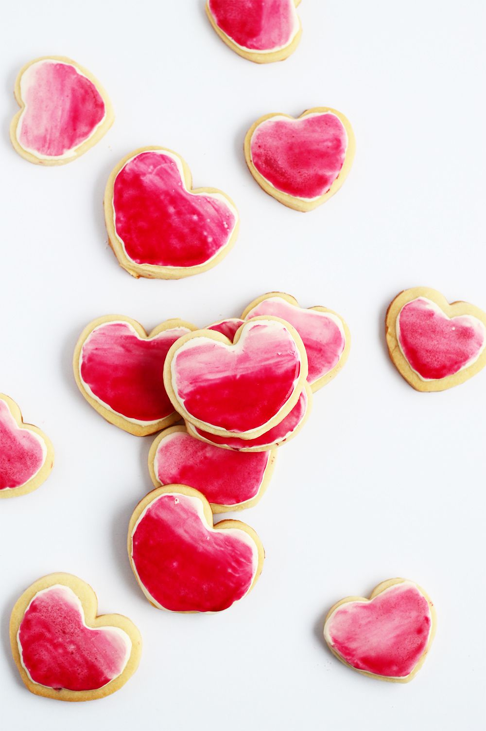 Bake some sugar cookies, pipe on royal icing and make an ombre design using this super simple technique | Squirrelly Minds