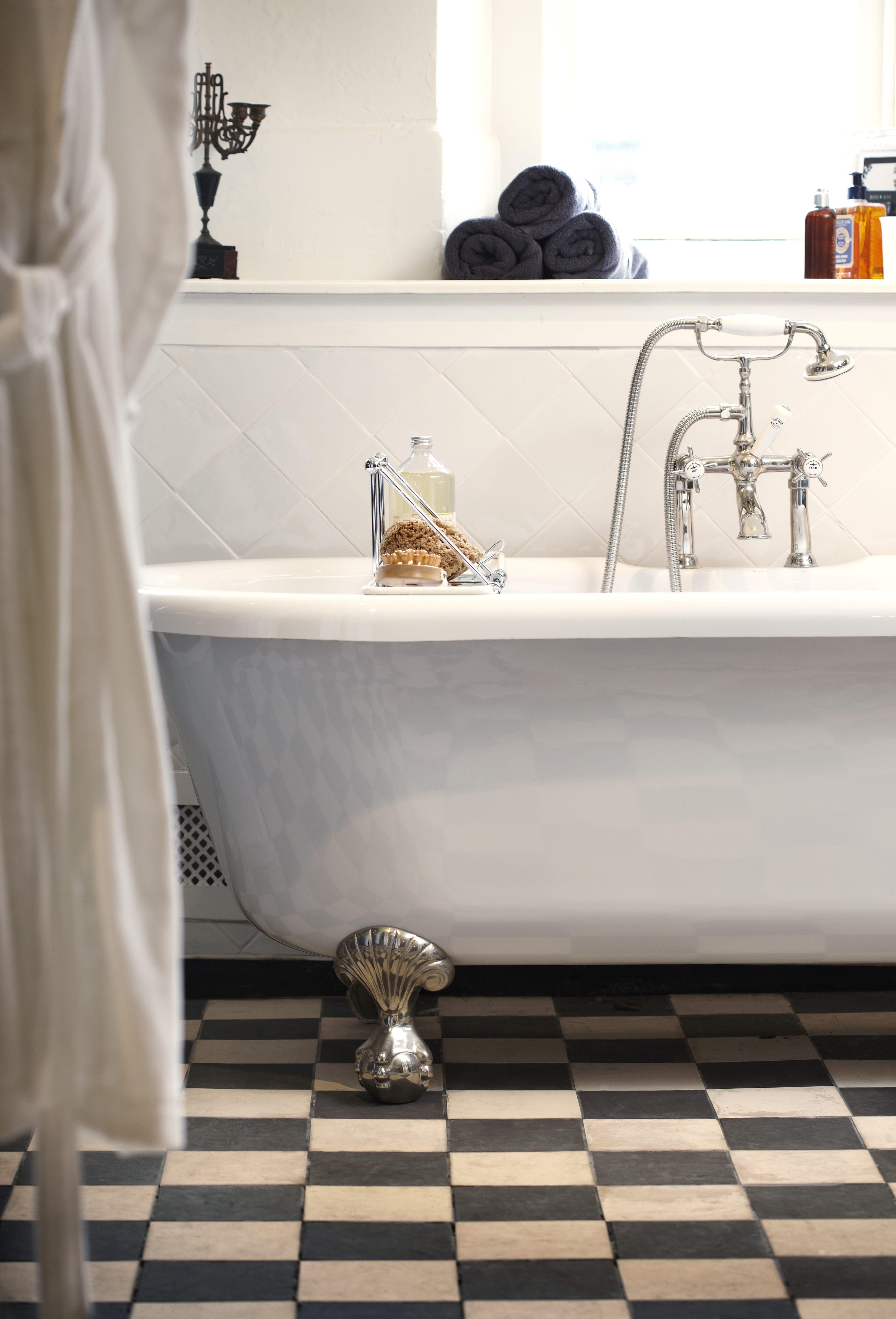 Nostalgische badkamer met stoer vrijstaand bad op pootjes ...