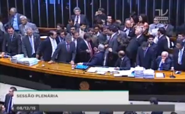 Barraco na Câmara por causa da Comissão para o despejo da Dilma e Temer.