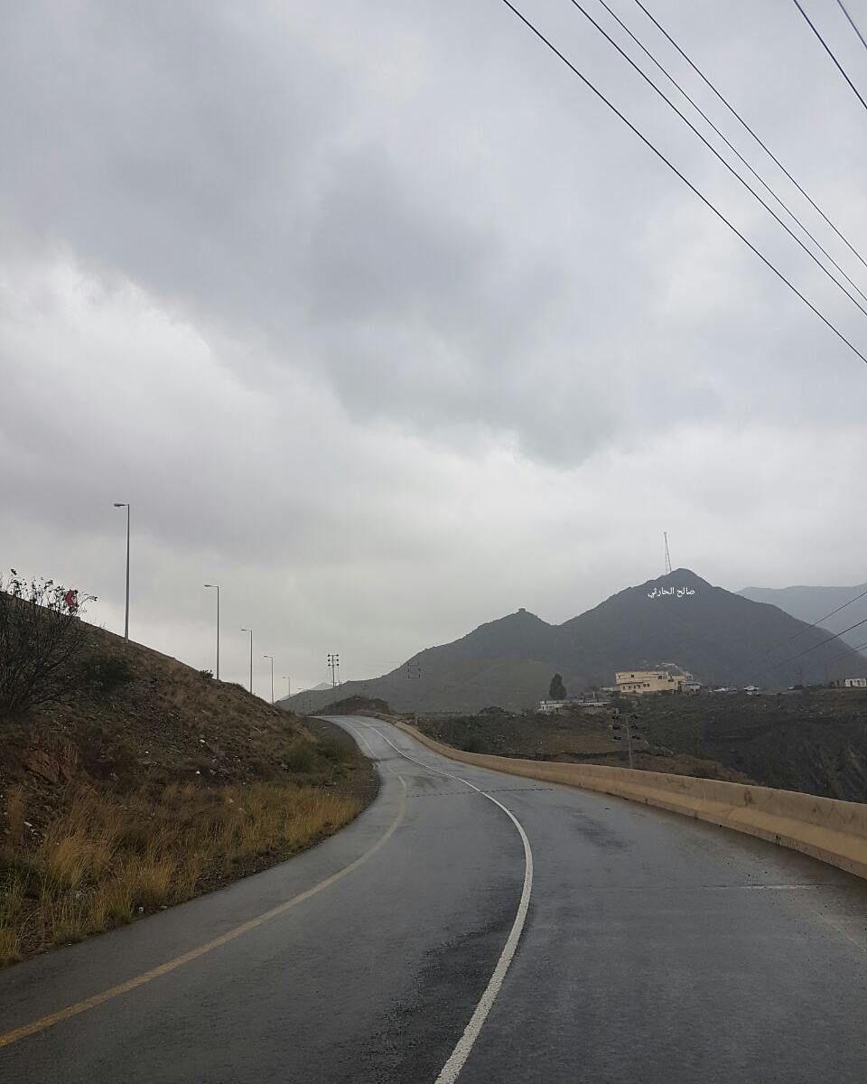 شبكة أجواء السعودية هطول أمطار خفيفة على مركز القريع بني مالك جنوب الطائف قبل قليل تصوير صالح الحارثي رابطة أجواء الخ Instagram Photo Country Roads