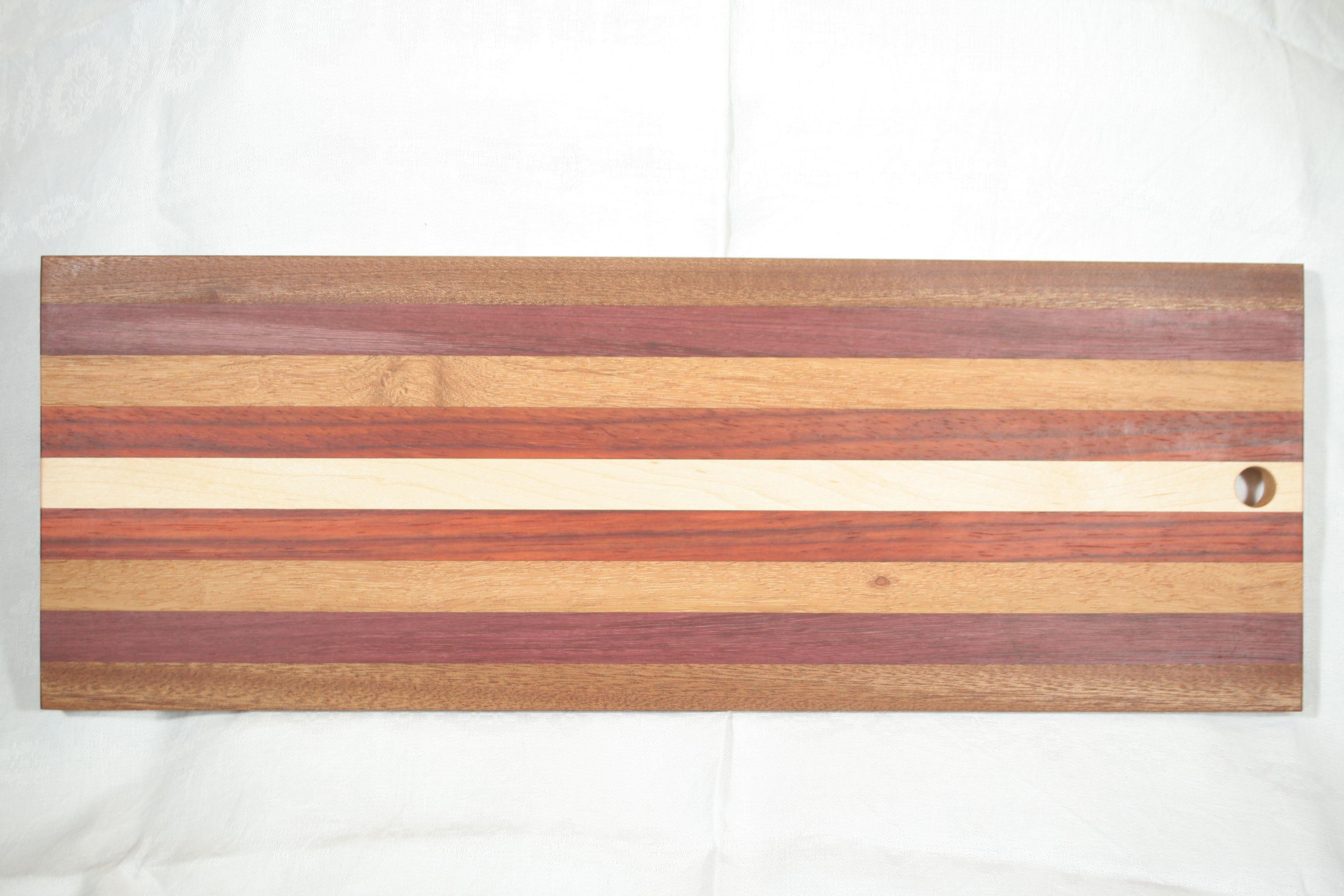 Dit plankje is gemaakt van esdoorn, padoek, afzelia doussié, purperhart en sipo mahonie.