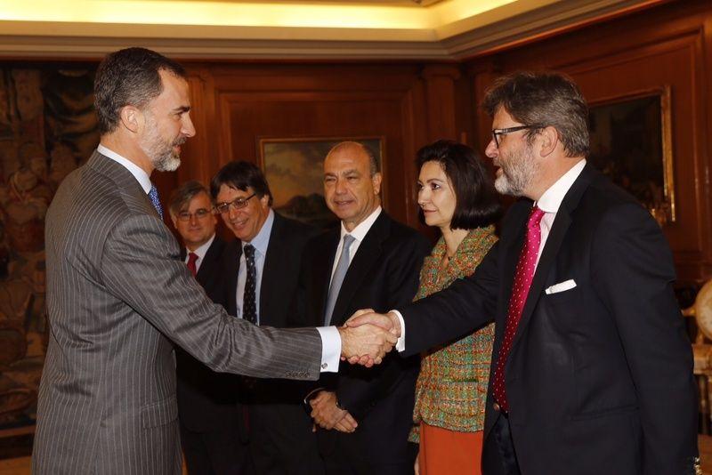 Don Felipe recibe el saludo del director general del Centro Sefarad-Israel, Miguel de Lucas Palacio de La Zarzuela. Madrid, 29.04.2015