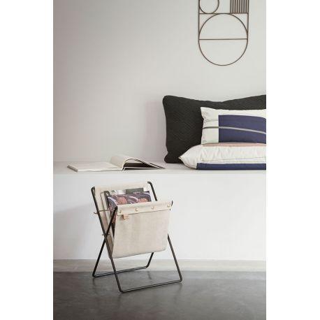 Porte-revues Herman @fermliving Avec sa toile de coton qui lui donne un petit air vintage et chaleureux, ce range-revues apporte authenticité et modernité dans un salon près du canapé,dans un bureau ou dans une entrée.