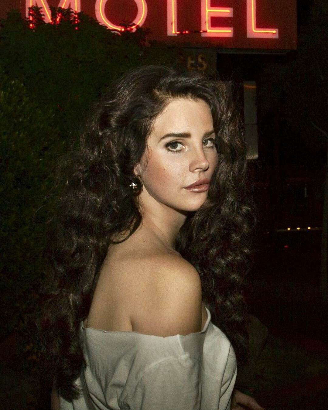 Lana Del Rey Small Curls Hair Side Part Dark Brown Lipstick In 2020 Lana Del Rey Hair Hair Inspiration Lana Del Rey Love