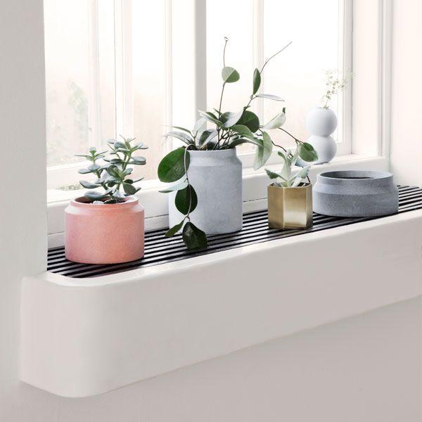 Ferm Livingin minimalistiset ruukut valmistetaan betonista kolmessa maanläheisessä värisävyssä. Eri kokoisista betoniruukuista saa sommiteltua helposti viehättäviä istutusryhmiä niin pihalle, parvekkeelle kuin ikkunalaudallekin.