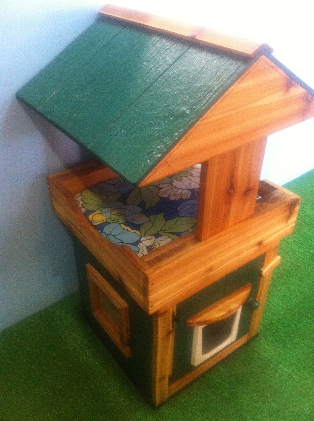 Outdoor Cat House/covered loft/heated pad,shelter/bed