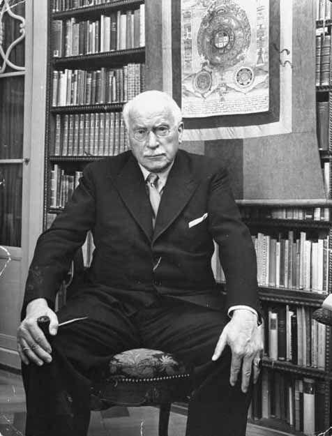 """Carl Jung: """"Aquel que mira fuera, sueña; quien mira en su interior, despierta"""""""