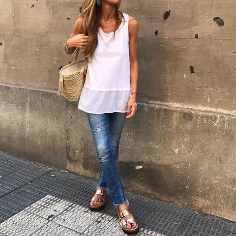 Jeans + white t-shirt is always a good look!!#goodnightbabies .  - Camiseta algodón con el bajo de tela by @the_amity_company ✨.  - Jeans by @pullandbear (old) .  - Sandalias bio en rosa nacaradas by @calzadosercilla ✨.  - Canasto by @juliettabarcelona✨