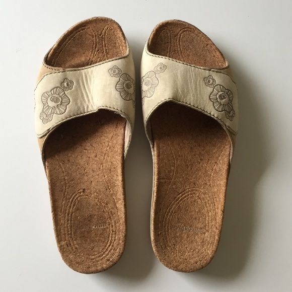 Patagonia Swell Slides Patagonias combination of a full-grain leather upper and cork-wrapped EVA footbed makes the Womens Swell Slide Sandal an incredibly comfortable choice for summer days. 🚫No trades🚫 Patagonia Shoes Sandals