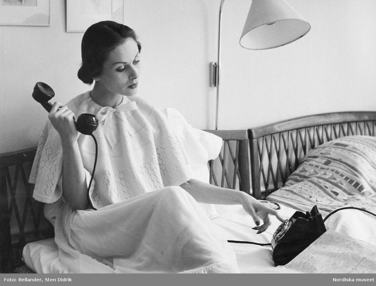 Modell i negligé och spegel i handen. Fotograf: Sten Didrik Bellander, ca 1955-1960