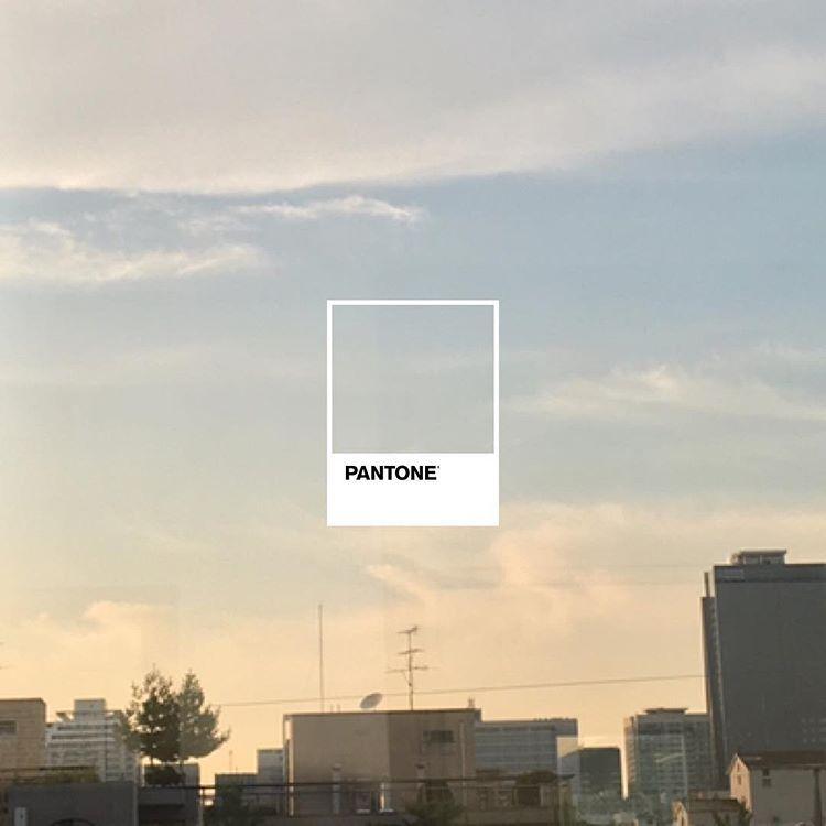이런 색감하면 #pantone 을 떠올리게 되는 건 #팬톤 이 아주 효과적으로 마케팅을 한 것이라 할 수 있겠다 #photogram #photoshoot #byneulhakim #pantonestudio #팬톤스튜디오 #sky #skystagram #cityscape
