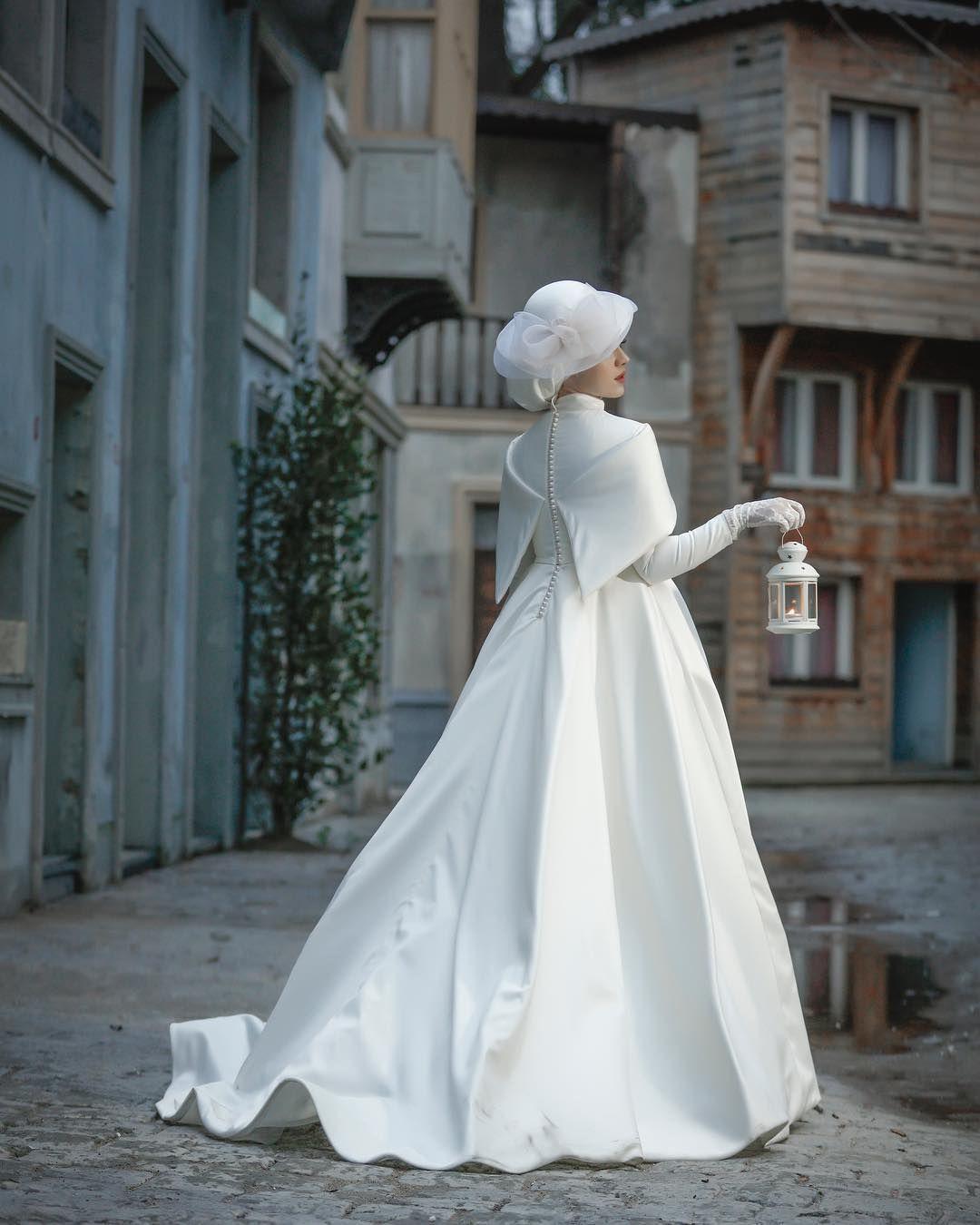Görüntünün olası içeriği: bir veya daha fazla kişi, düğün ve açık hava #modestfashion
