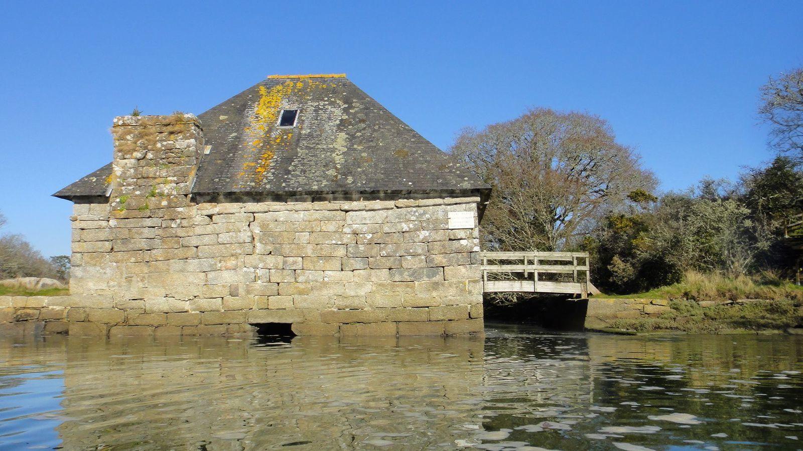 A remonter la ria du Moulin-mer, qui nous mène jusqu'au moulin à marée du Minahouet, datant du XVème siècle. Finistère