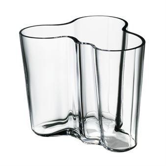 Aaltos vase SAVOY, designet i 1936, vil alltid føles moderne. Vasen er et meget bra eksempel på god skandinavisk design. En utmerket gave!