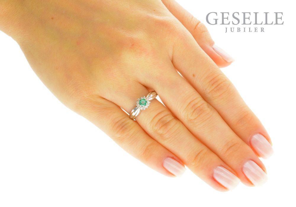 4c47f8615325f2 Pierścionek zaręczynowy z białego złota ze szmaragdem i brylantami - GRAWER  W PREZENCIE | PIERŚCIONKI ZARĘCZYNOWE