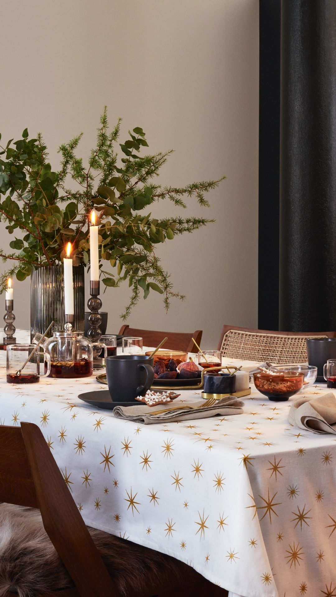 H M Home Set The Scene For A Festive Holiday Get Together With A Star Studded Table Cloth Grey Tableware And Golden Cutlery H M Home Modern Sofa Table Decor