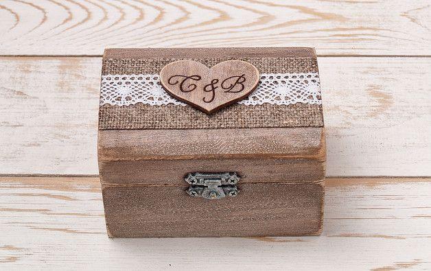 Das kleine, rustikale Ring-Box ist ein schickes Accessoire für Ihren Hochzeitstag, die später als eine schöne Erinnerung an den Hochzeitstag zu dienen.  Lieferzeit 6 - 9 Tage.  Produktionszeit 7...