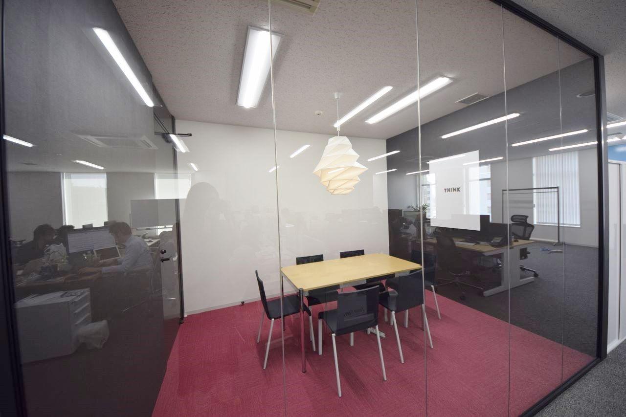 オフィスデザイン実績 Rガラスの美しい曲線 木目とスケルトン天井の開放オフィス オフィスデザイン 美しい曲線 デザイン