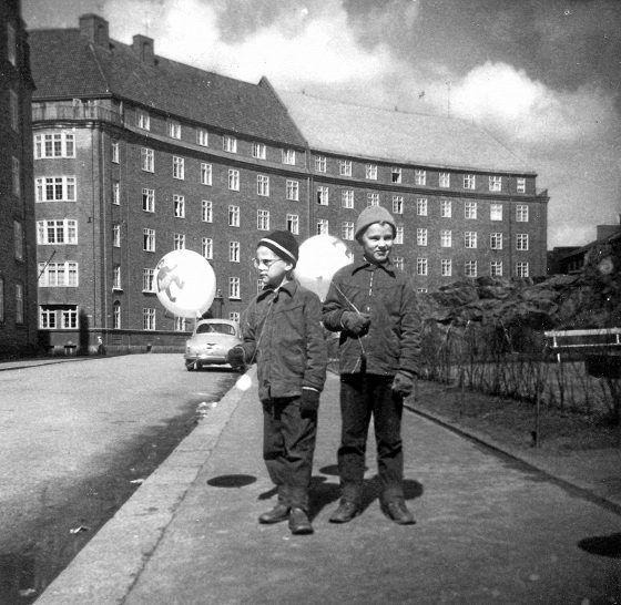 """""""Vappuna 1957 poseerasimme veljeni Ollin kanssa Temppelinkadulla komeitten ilmapallojen kanssa. Viereinen Temppelinkallio oli arkisin seikkailupuistomme, kirkkoa ja turisteja ei vielä ollut"""", sanoo Heikki Poroila."""