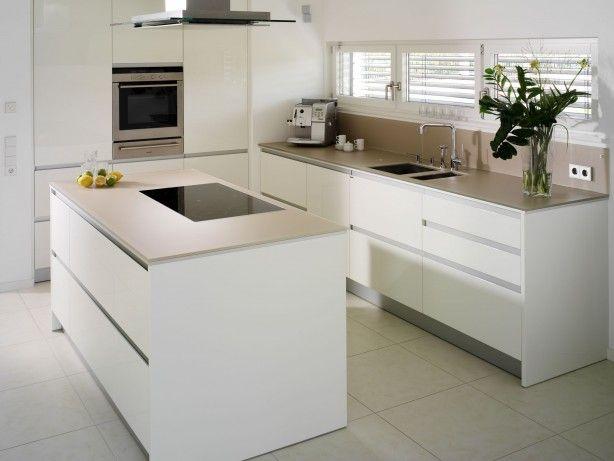 Glazen werkbladen in een moderne keuken. je zou het misschien niet