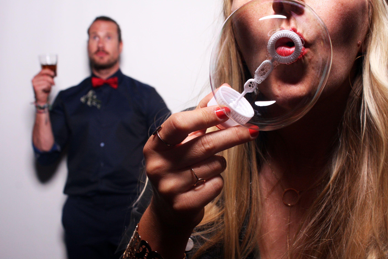 Lustige Hochzeitsfotos Mit Seifenblasen Requisiten Und Schildern Libibox Die Fotobox Fur Eure Hochzeit Mac Fotobox Hochzeit Lustige Hochzeitsfotos Fotobox