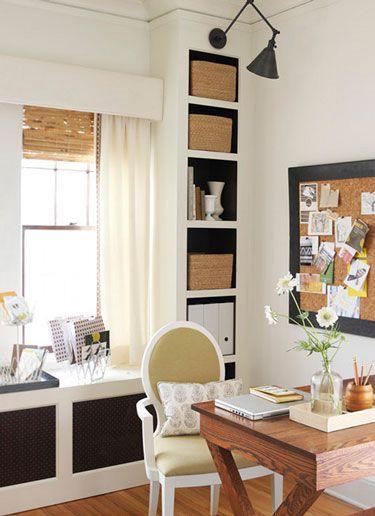 Blanco, negro y muebles de madera.
