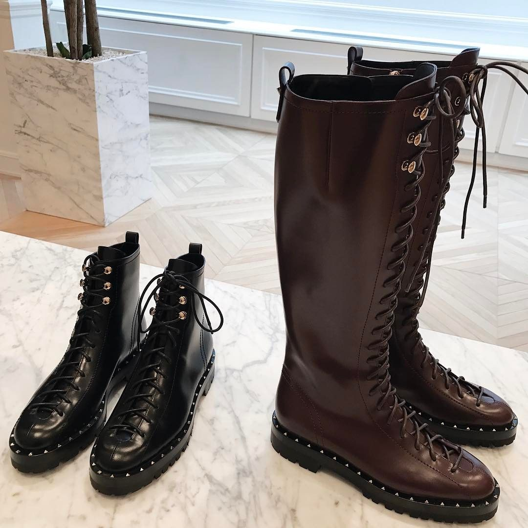 Hyperventilating with these @maisonvalentino boots! Wishlist imediato essas botas do Valentino, socorro!!! Vic Ceridono | Dia de Beauté