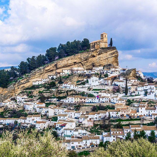 Montefrío en Granada fue calificado por la prestigiosa revista de viajes National Geographic como uno de los 10 pueblos con las mejores vistas del mundo. #montefrio #granada #sonya6000 #nationalgeographic #sonyalpha #spain #estaes_granada #travelporn #instatraveling #andalucia #travelphotographer #travelphotos #travelpic #mytravelgram #traveltheworld #travelpics #travelphoto #travel_captures  #igtravel #travelphotography #travelawesome #instatravel #travell #travelingram #traveler #travelers…