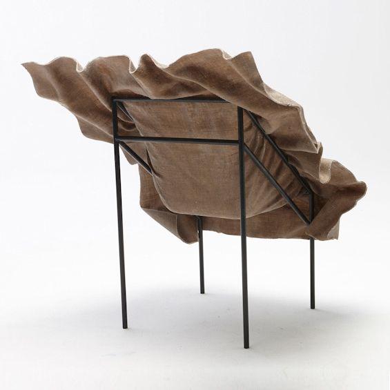 Le designer hongrois, Demeter Fogarasi a imaginé avec poésie une nouvelle manière de transformer le textile. Afin de réaliser une chaise, il le solidifie et fige ses courbes et ses mouvements. Le matériau composite ainsi créé possède les proprié...