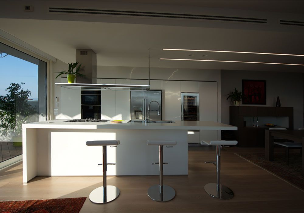 Cucina Arclinea modello GAMMA in SATIN bianco con piani SOLID CORE ...