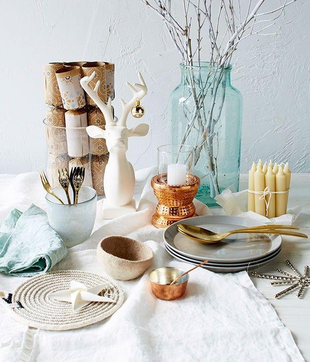 Modern Christmas table settings | Christmas table settings, Modern ...