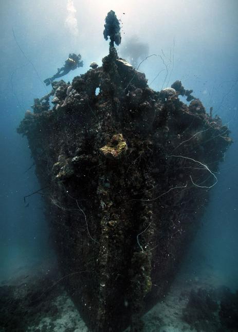 The bow of sunken ship Unkai Maru in Truk Lagoon, Micronesia   Fotografia  subacuatica, Barcos abandonados, Fotografía submarina