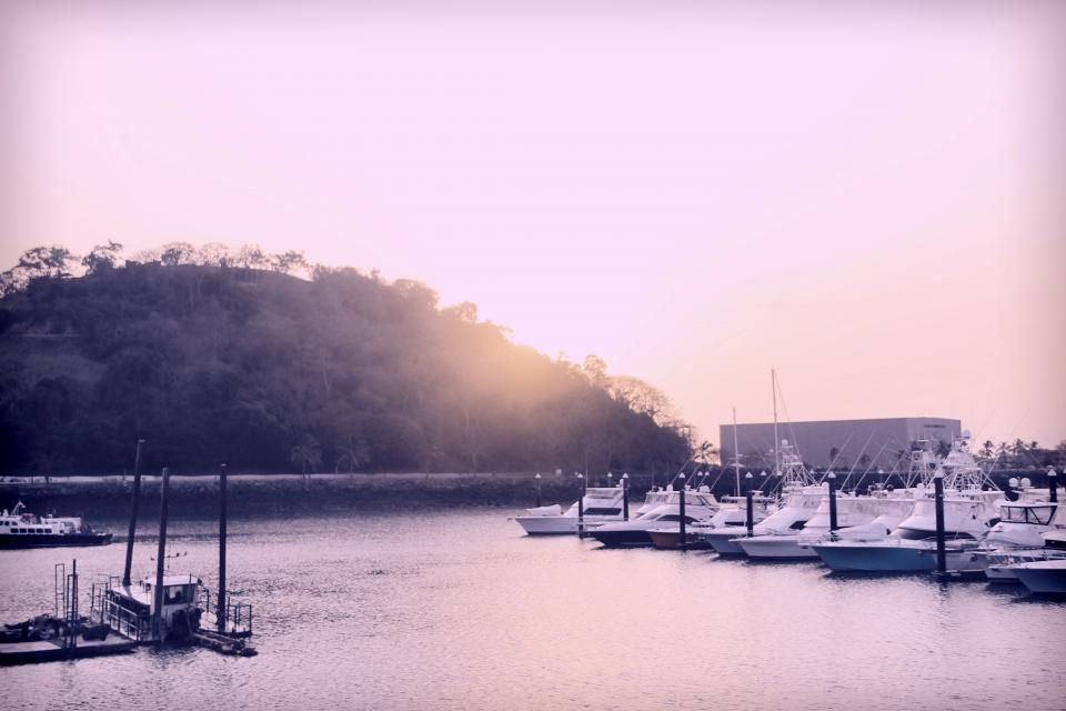 Panama sunset boats -  Panama sunset boats free stock photo Dimensions:4272 x 2848 Size:2.54 MB  - http://www.welovesolo.com/panama-sunset-boats/