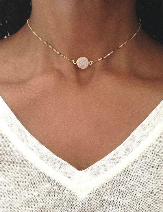 0c679ac9a9f7 Ras-du-cou   bijoux fantaisie tendance 2018. Sélection de colliers  fantaisie ras de cou