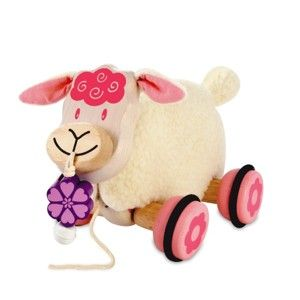 Een zeer leuk en zacht I'M Toy Houten trekfiguur in de vorm van een schaap. Dit houten trekfiguurtje is voorzien van een zachte huid, welke afneembaar is en uitwasbaar. De wieltjes zijn voorzien van een rubber loopvlak en de velg is voorzien van een rose bloem. Dit schaap heeft een bloemetje in zijn bek voorzien van een belletje.