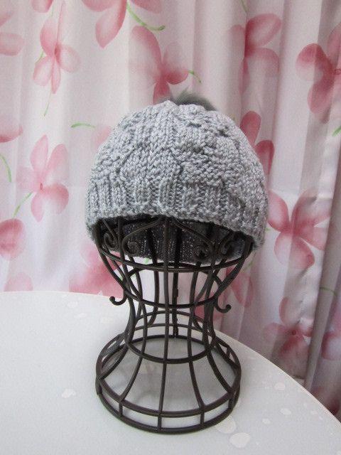 グレーの本毛皮うさぎちゃんポンポンつき毛糸帽子です。帽子本体の複雑?な模様がアクセントです。サイズは、52~54㎝。(多少の伸縮はいたします)素材・・・ウール...|ハンドメイド、手作り、手仕事品の通販・販売・購入ならCreema。