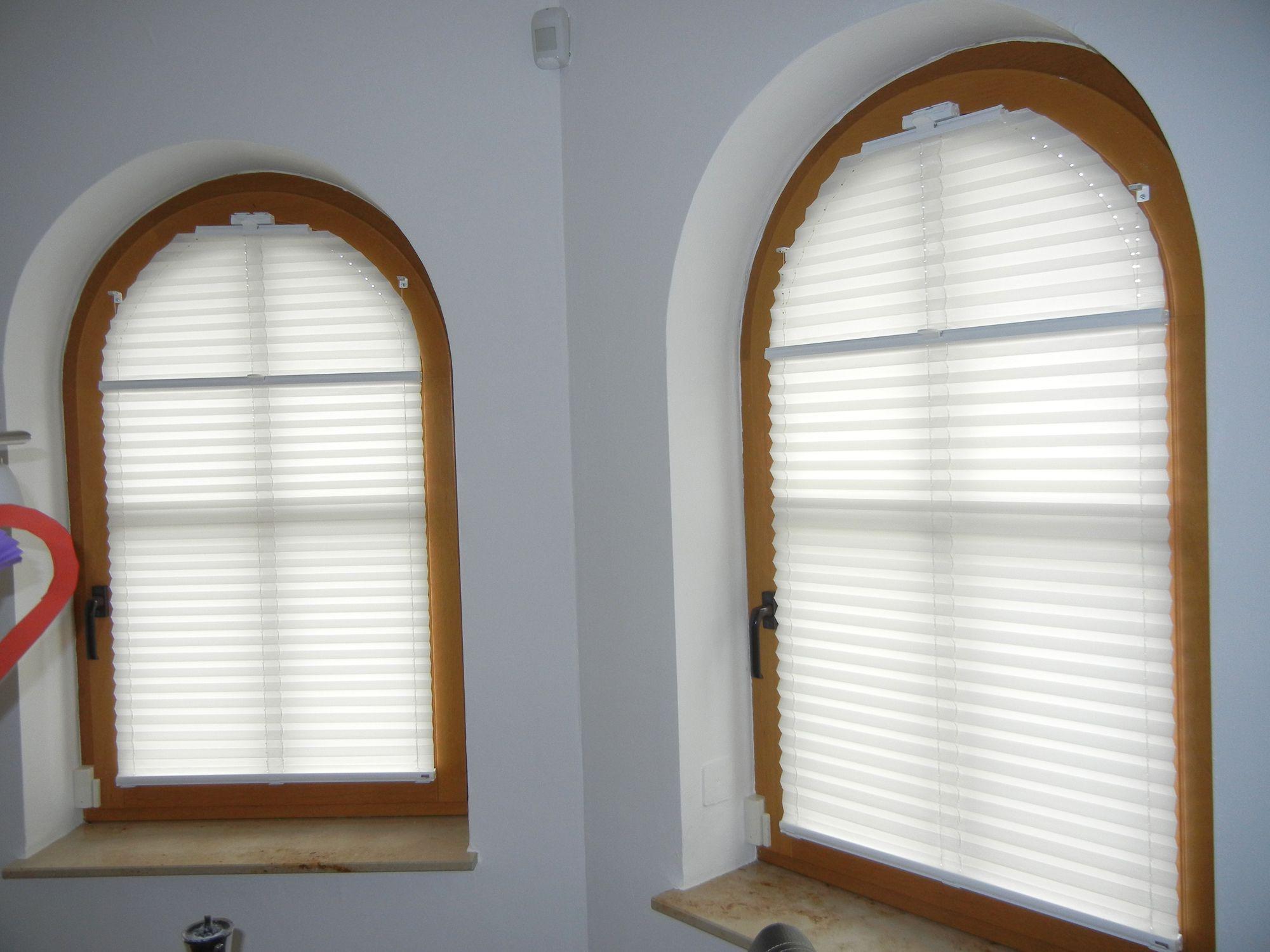 Plissee Mit Rundbogen Auf Einem Holzsprossenfenster Runde