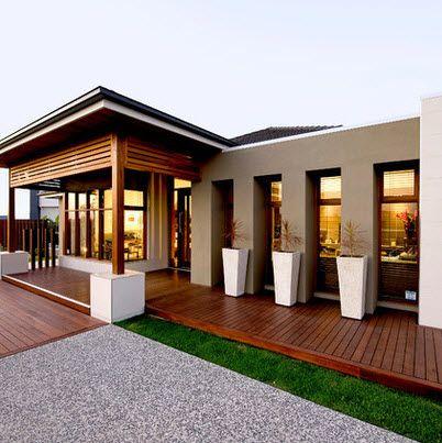 Un ingreso a casa definido por elementos de madera orbit - Casas de madera modernas ...
