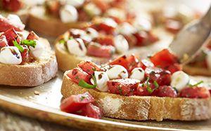 olive garden i so want this recipe bruschetta caprese a traditional topping of roma tomatoes fresh mozzarella basil pesto extra virgin olive oil and - Olive Garden Bruschetta Recipe
