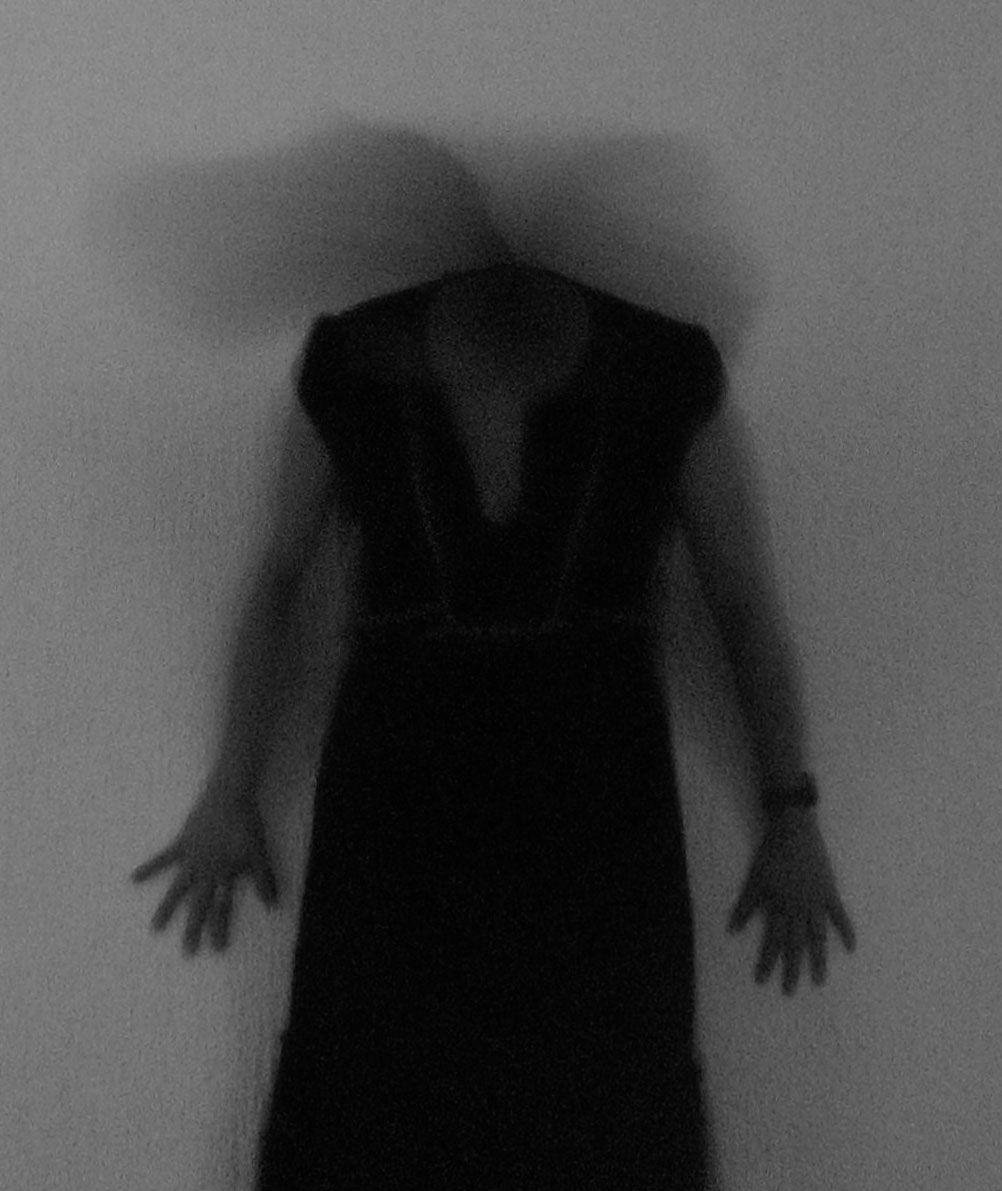 Mareo conceptual Autorretrato sin rostro, mostrando la expresividad ...