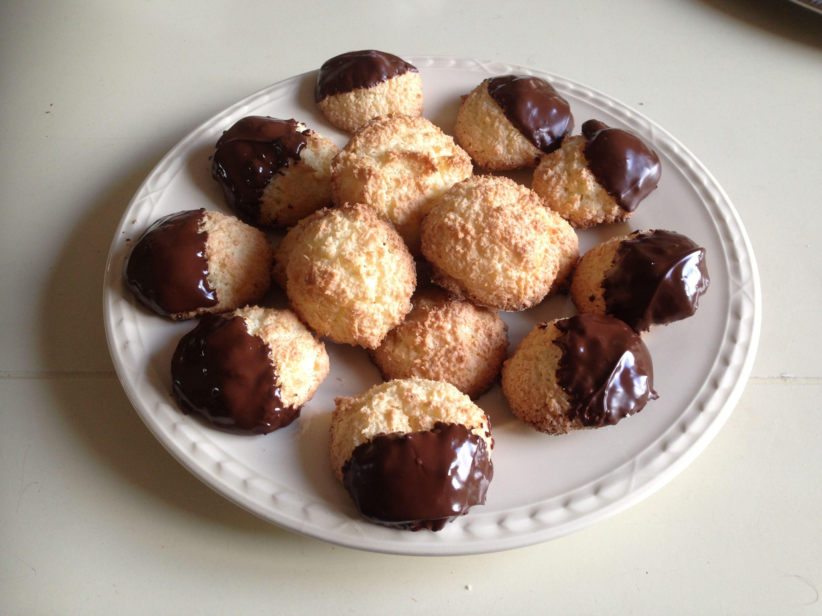 Kokoskoekjes, gemaakt 1-3-2014 100 gr kokos, 150 gr suiker, 2 kleine eieren en zakje vanille suiker. Eierdooiers met helft van suiker los kloppen, eiwitten met rest van suiker mixen, dan alles voorzichtig door elkaar roeren. 12 min op 180 gr in de oven. Evt in gesmolten pure chocola dopen