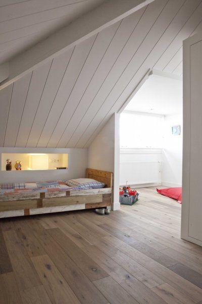 nice and warm kids room. wooden floor. cute inspiration. dachgeschoss kinderzimmer. warme und natürliche farben und holz. einbauregal. schöne idee.