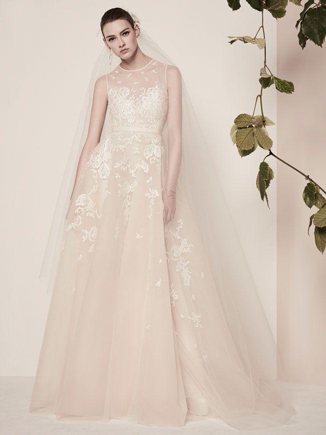 a76f4ff8f3a2 La nuova collezione abiti da sposa 2018 presentata dallo stilista libanese  Elie Saab è caratterizzata da vestiti dal mood elegante e femminile