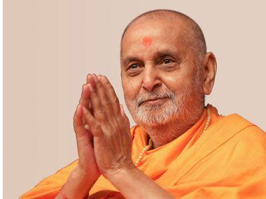 ... HH Pramukh Swami Maharaj arrives in balcony at 12:39 ...