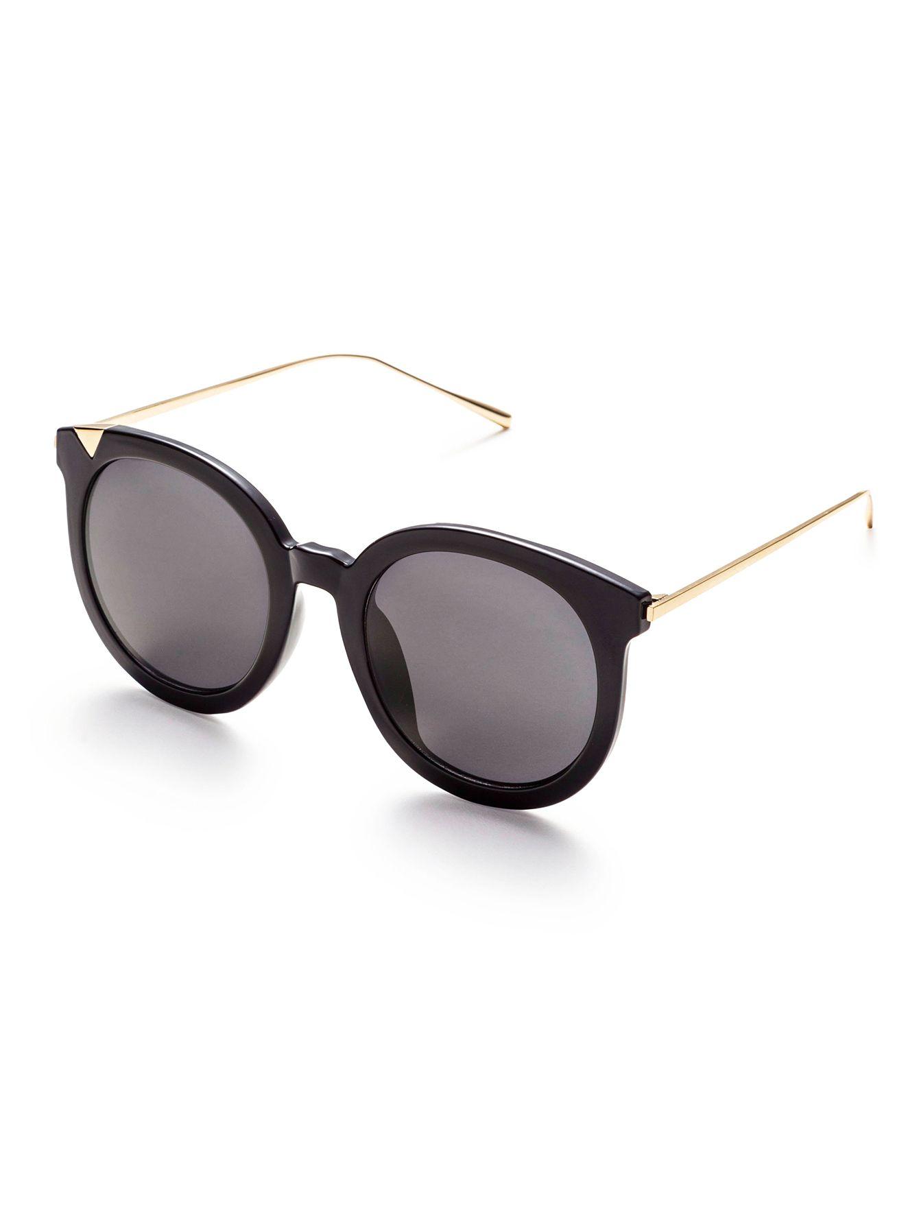 Gafas de sol con marco negro brazo de metal y lentes gris ...