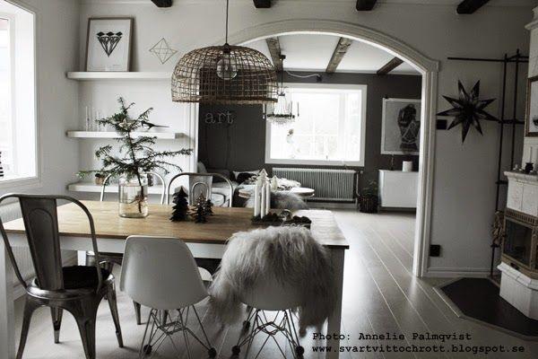 julen 2014 rumsgran med r tterna synliga i vas matsalsbord matbord matstolar k k vitt vit. Black Bedroom Furniture Sets. Home Design Ideas